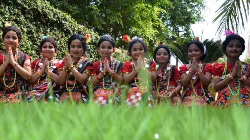 Small children dancing in the theme of Nuakhai